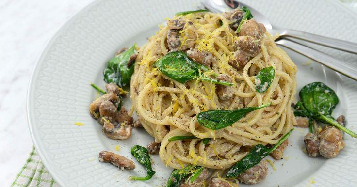 Vegetarisk vardagsmiddag som går snabbt och enkelt att tillaga. En krämig pasta med parmesan, vitlök, tofu och champinjoner.