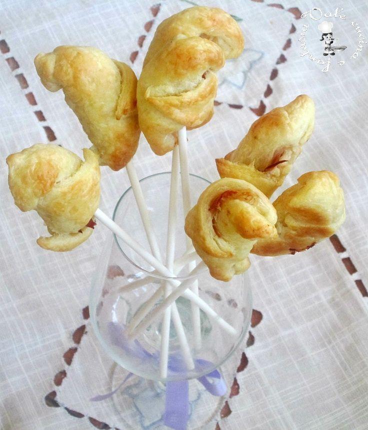 Cornetti salati allo speck,ricetta finger food,una ricetta finger food velocissima e sfiziosa da gustare con lo stecchino per lollipops