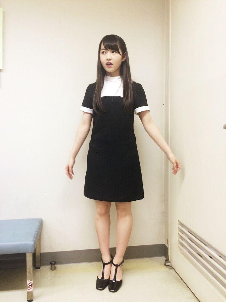 黒の可愛い衣装を着ている伊藤万理華の画像♪