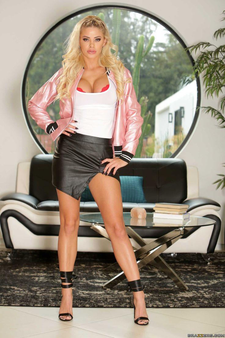 Die auffällige sportliche und flexible Jessa Rhodes liebt das Saugen von Schwänzen und genießt Anals