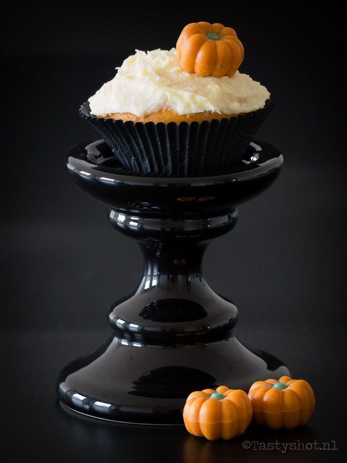 Pumpkin cupecakes recipe - Pompoen cupcakes met maple-cream-cheese-frosting. Photography: © www.tastyshot.nl