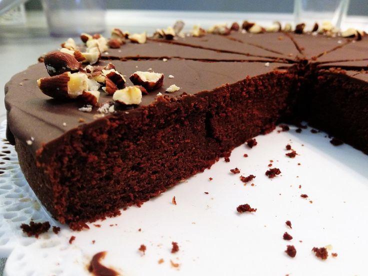 Cviklovo - čokoládový brownie je jednoducho FE-NO-ME-NÁL-NY! Skladá sa iba zo 6 ingrediencií. Príprava je jednoduchá a nie je na ňom, čo pokaziť.