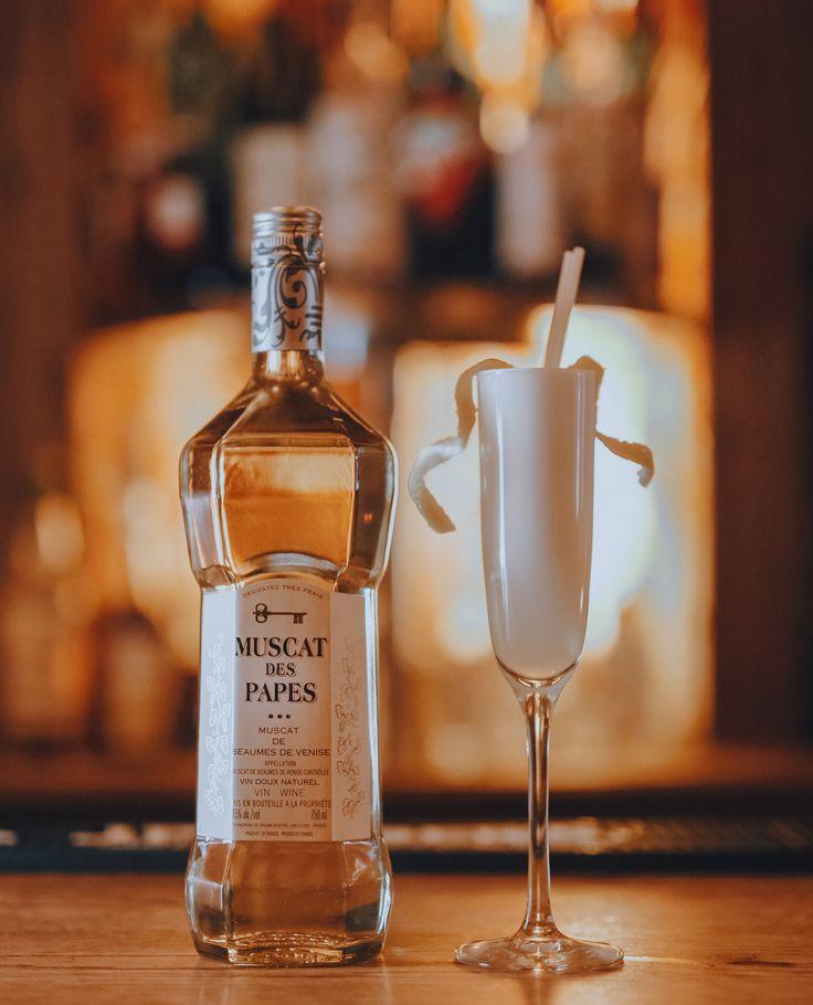 """Cocktail """"Scotty Doesn't Know"""" :    - 2 oz Muscat des papes    - ¼ oz sirop de coco  - ½ oz jus de citron  - blanc d'oeuf - Bitter au chocolat    #Cocktail #DIY #Muscat"""