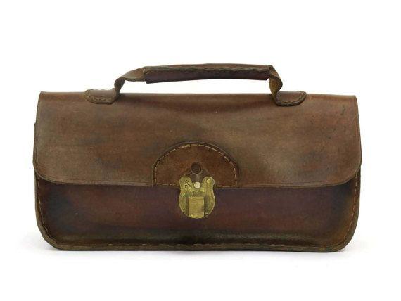Français vintages en cuir sac à main avec poignée sur le dessus. Sac à main en cuir marron long.