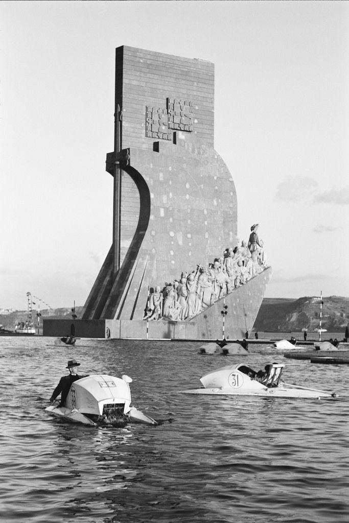 Lagoa das diversões, ao fundo Padrão dos Descobrimentos. Fotógrafo: Casimiro dos Santos Vinagre. Data de produção da fotografia original: 1940.  [CFT178 014.ic]