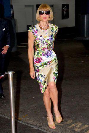 アナ・ウィンターは大胆な花柄ワンピ。60代コーデ♪スタイル・ファッションの参考に☆