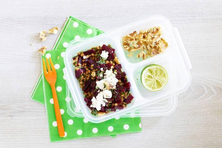 Een voedzame, luxe salade, lekker als (meeneem)lunch. En binnen 10 minuten klaar - Recept - Allerhande