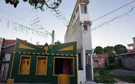 A Casa Palito -  situada em Madre de Deus, a 50 km de Salvador, na Bahia. O prédio tem 11 metros de altura, 16 metros de fundos e apenas 1,1 metro de largura na frente (a parte traseira do edifício tem 3 metros de largura).