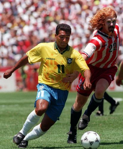 Copa de 1994 - Romário passa pelo zagueiro Alexi Lalas durante jogo das oitavas de final da Copa de 1994