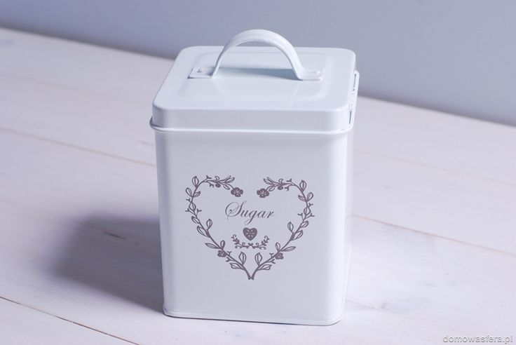 """Metalowe pudełko w kolorze białym. Zdobione motywem z sercem oraz napisem """"coffee"""". Dużym plusem pojemnika jest jego szczelne wieczko, które utrzyma Twoją kawę w perfekcyjnej świeżości."""