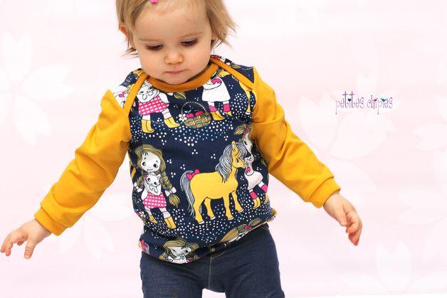 Nähanleitung und Schnitt für ein Baby-Shirt mit praktischem Schlupfkragen. Diese Shirt kommt ohne Knöpfe aus und paßt trotzdem prima übers Köpfchen der Kleinen. Da geht das Anziehen super...