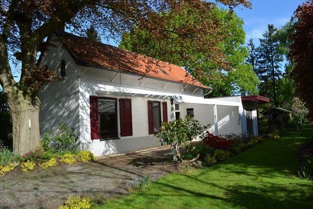 Huis te koop in Sint-Niklaas - 170m² - 349 000 € - Logic-immo.be - Vllak bij Sint-Niklaas centrum ligt deze unieke eigendom van 1368 m² met mooie, grote bomen en aangelegde tuin. De woning bevat twee livings van elk 30 m², 3 slaapkamers, keuken, badkamer. Grote veran...