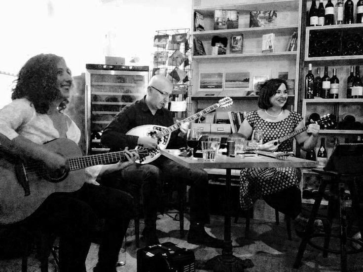 """Rebetologie Trio"". Με άλλα λόγια,  Μαρία Καναβάκη,  Χρήστος Παύλης και ηΜαρία Σίμογλου. Τρεις εξαιρετικοί καλλιτέχνες που έφυγαν από την Ελλάδα και πλέον κατοικοεδρεύουν και δραστηριοποιούνται καλλιτεχνικά στη Νότιο Γαλλία προωθώντας το ρεμπέτικο τραγούδι. Πέτυχα εντελώς τυχαία την ανακοίνωση για ένα live τους στη Μασσαλία, έψαξα και βρήκα στο YouTube αποσπάσματα από εμφανίσεις τους και θεώρησα καθήκον μου να τους βρω και να μάθω περισσότερα για εκείνους. Οι απαντήσεις τους και οι σκέψεις…"