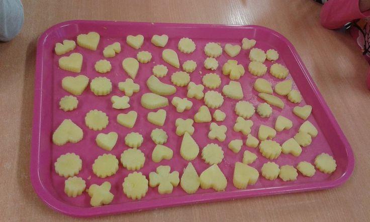 Dnesni tvoreni v ramci bramboroveho dne. Bramborove vykrajovatka s bramborovou pomazankou a bramborova pomazanka plnena do lodicek s brambor;-) Deti velice bavilo plnit smes do brambor a kazdy si vytvorit svoji vlajecku;-)