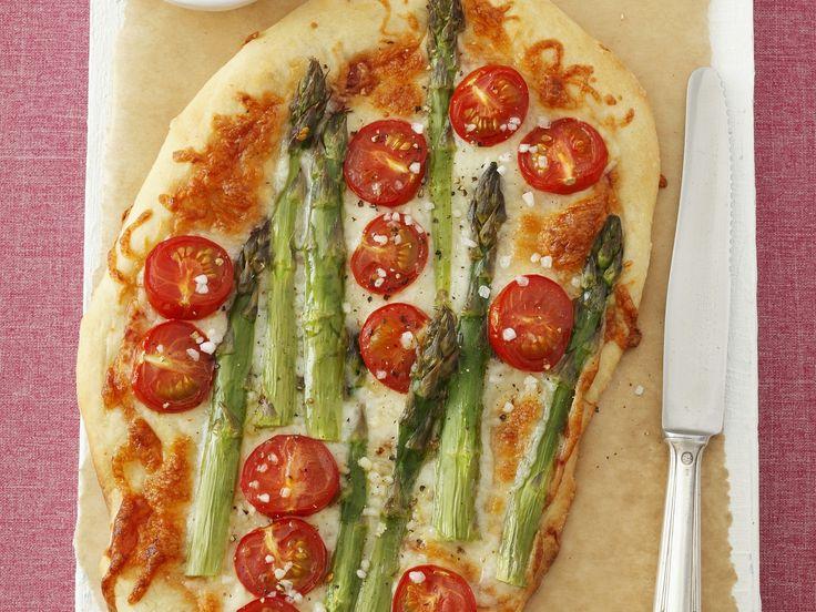 Pizza mit grünem Spargel und Cherrytomaten - smarter - Kalorien: 688 Kcal - Zeit: 45 Min. | eatsmarter.de