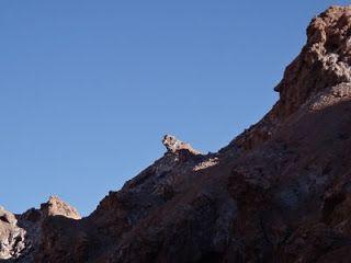 Pedra do Cachorro no Vale da Morte. Pedra do Cachorro no Atacama. Atacama - Vale da Lua e Vale da Morte, além de um treino no deserto. Os dois vales estão interligados e ficam ao lado da Cordilheira de Sal. O Vale da Morte é um dos lugares mais secos e inóspitos do planeta.