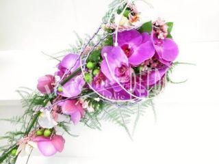 Fialové orchideje fotografie ze svatby http://www.kvetinove-studio.cz/kvetiny/eshop/2-1-/6-2-Svatebni-kytice/5/1524-Svatebni-kytice-previsla-z-fialovych-orchideji-c-530