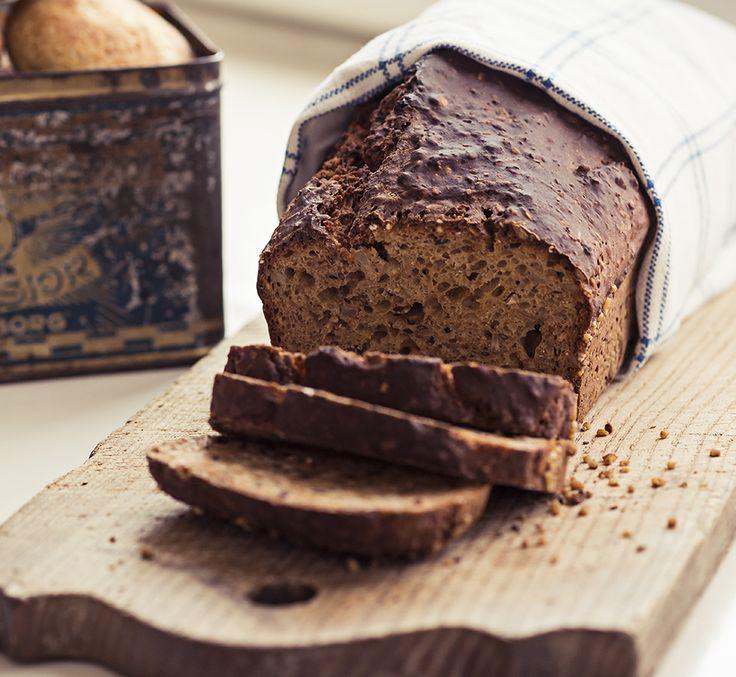 Glutenfritt jäst- och jäsfritt bröd perfekt att skiva upp och frysa in. Fullt med nyttiga fibrer, korn och frön.