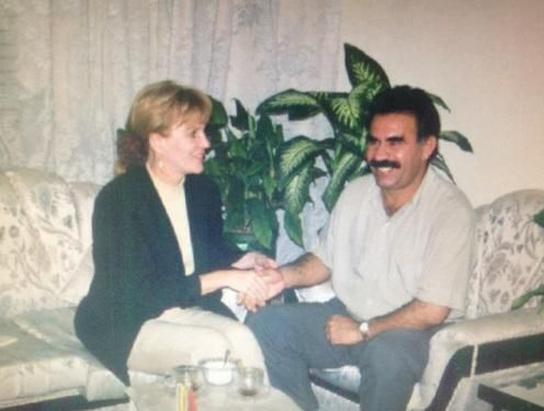 Almanlardan Patriotları PKK İçin Çektik İtirafı  Terör örgütünün hamisi Almanya Patriotları PKK için çektiğini itiraf etti. Merkelin ortağı SDP Karar operasyonlar nedeniyle alındı dedi.  Angela Merkelin bebek katili Abdullah Öcalan ile bu samimi fotoğrafı herşeyi anlatıyor  Terör örgütü PKK ve DHKP-Cnin önemli isimlerini Türkiyeye iade etmeyen Almanya Suriye sınırındaki Patriot birliğini önümüzdeki aylarda çekme kararı aldı.  Suriyedeki iç savaşın şiddetlendiği ve DAEŞ tehdidinin arttığı…