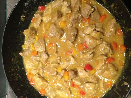 Sauté de porc au Colombo : poivre, poivron rouge, poudre de colombo, farine, sauté de porc, oignon, cube de bouillon, sel, poivron