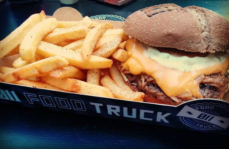 Pessoal do @011foodtruck dando show!  Este aí é no BR 011: #hamburguer de fraldinha 120g costela suína desfiada no molho barbecue (adocicado maravilhoso!) cheddar e maionese com ervas no pão preto. O melhor #burger que comi em food truck em tempos! E esta batata temperada com maionese de ervas extra pra chuchar foi puro sucesso...  #hamburger #011foodtruck #foodtruck #sandwich #fritas #comidaderua #delicia #fries #cheddar #sp #depratosaprosas