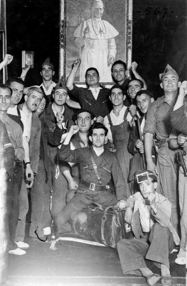 Agosto 1936. Asalto al Obispado madrileño. Los milicianos con un cartera conteniendo acciones y dinero tras reventar la caja fuerte.