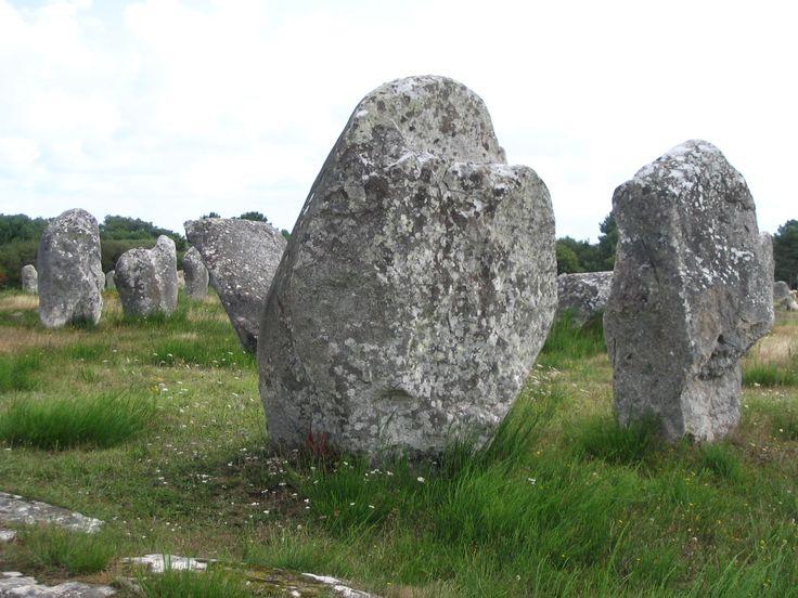 Ongeveer 3000 menhirs in lange lijnen door het landschap bij Carnac aan de zuidkant van Bretagne. (Zomer 2004)