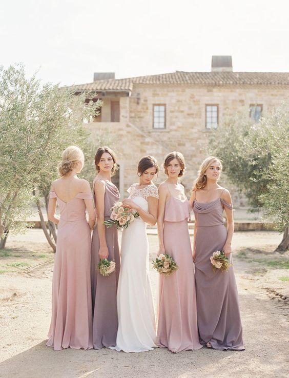 las damas de honor tienen unos vestidos colores bajos como ese morado medio como al marón y ese rosado tipo palo rosa son los colores perfectos pra el ambiente . La novia esta usando un vestido corte princesa escote corazón con mangas cortas.