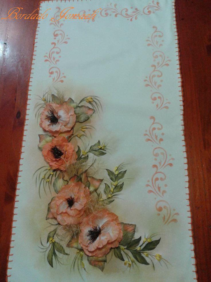Camino de mesa: flores y hojas armadas en tela, pintura textil