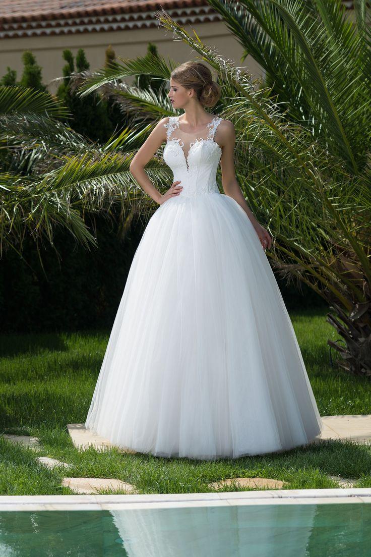 Prekrásne dlhé svadobné šaty s jemnou širokou sukňou a krásne zdobeným živôtikom