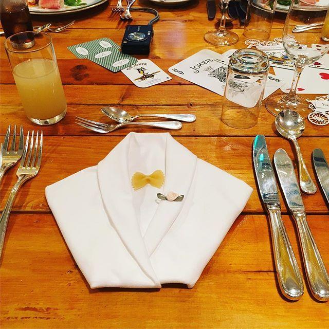 #ナプキン は#タキシード折り にしてもらいました! 蝶ネクタイはパスタで、ブートニアの位置に付けた花は100均。笑 大きさもちょうど良くてバッチリでした(*^^*) ✳︎ ここでもカジノアピール出来たかな? ✳︎ #アフターパーティー #ルマクサンス #テーブル装飾 #カジノ #卒花 #卒花嫁 #プレ花嫁