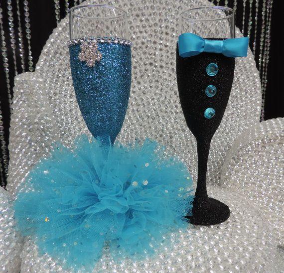 Vidrio de vino/champagne flauta brillo negro esmoquin con pajarita azul turquesa hecho a mano. Perfecto para bodas para la mesa principal y también como un regalo del padrino! En la foto también se pongan en venta flauta vino de Dama de honor. Este listado está para un brillo smoking de vidrio. Visite mi tienda en Etsy para este vidrio en otros colores, juego de Dama de honor vidrio y un vaso de vestido de novia.  Yo me hago pedidos personalizados. Por favor me mensaje de los colores que...