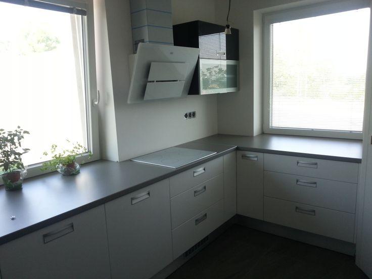 Realizácia kuchynskej linky biela lesk + antracit lesk