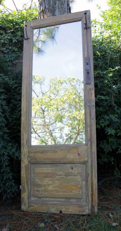 puerta espejo con perchas