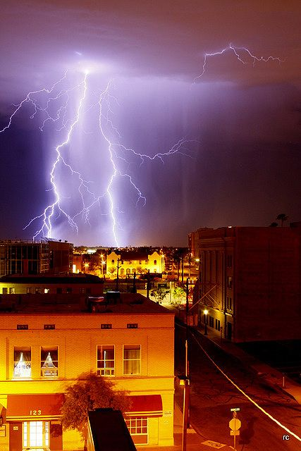Lightning.  /  Awesome picture EL./