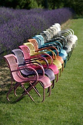 Des meubles en rotin tendance (fauteuils couleurs vives). Rattan furniture. So trendy!