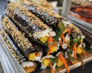 Kimbap ou gros makis coréens de riz et légumes : http://www.fourchette-et-bikini.fr/recettes/recettes-minceur/kimbap-ou-gros-makis-coreens-de-riz-et-legumes.html