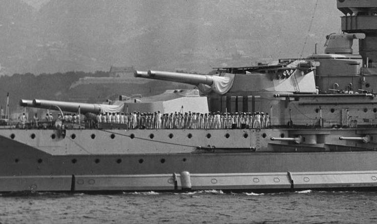 The forward guns of battleship HMS Queen Elizabeth (1913) date unknown. (google.image) 7.17