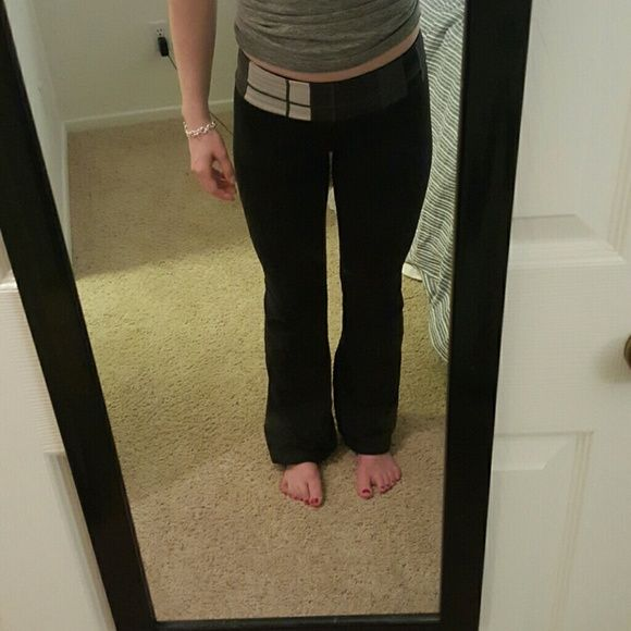LuluLemon Yoga Panta LULULEMON ATHLETICA Yoga Pants with waist band Mild Piling, barely any. It's in great condition! I believe these are the groove pants :) lululemon athletica Pants