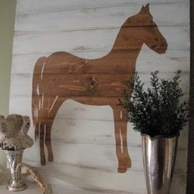 Horse on pallet boards