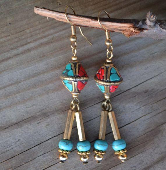 Tribal oorbellen van Nepal, Nepal handgemaakte kralen, natuurlijke koraal en Turquoise, messing, etnische, Tribal, gouden oorbellen (E26)
