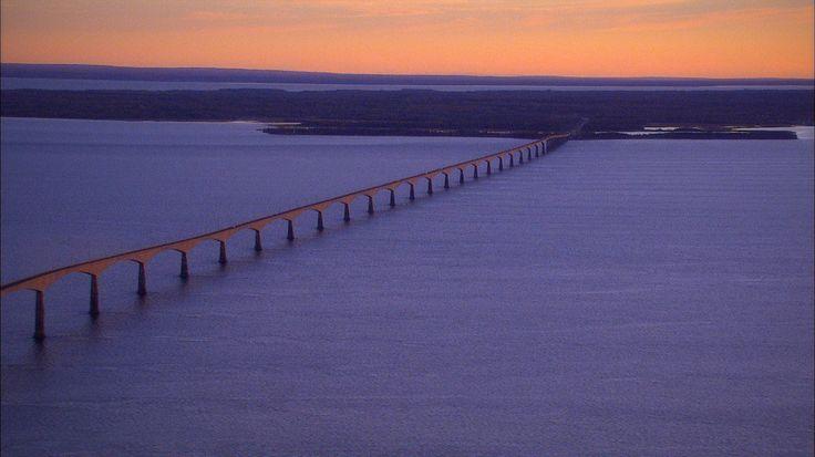 Détroit de Northumberland, Canada: Les eaux du détroit de Northumberland sont les plus chaudes depuis le nord de la Virginie. Ici, le pont de la Confédération qui conduit à la fameuse Île-du-Prince-Édouard. (Photo Canadarama)