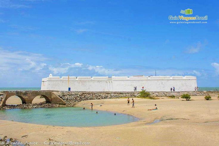 Praia do Forte e ao fundo o Forte dos Reis Magos em Natal, Rio Grande do Norte, Brasil.  Fotografia: Ricardo Junior / www.ricardojuniorfotografias.com.br