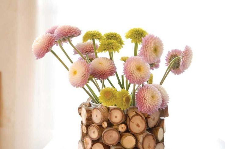 Cum poti decora un ghiveci banal cu bucati din lemn. Detalii pe BricoHub.ro