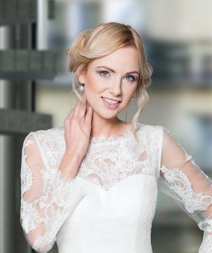 Just a pearl. :-) Wenn das Kleid sehr aufwendig ist, reicht meistens ein kleiner Akzent. Schmuck von #skyisnolimitdesign Kleid/Foto von Lohrengel Manufaktur. Love wedding!!! #wedding #hochzeit #brautfrisur #braut #schmuck #pearl #styling #2017 #beautyful #inlovewith