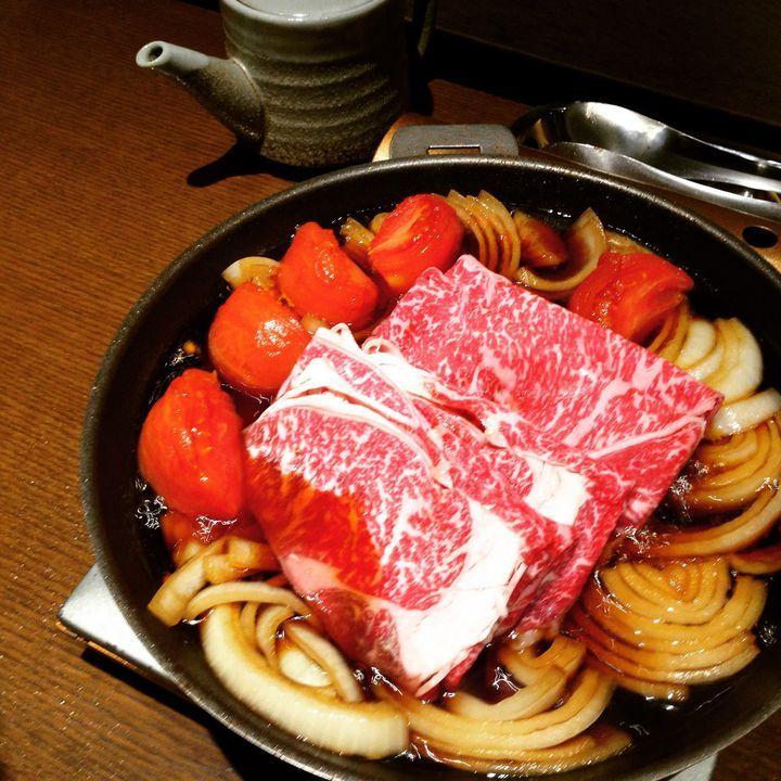 """冬は鍋の季節ですね。でも普通の鍋には飽きてきたあなたにおすすめなのが""""変わり鍋""""。うに鍋から明太鍋、トマトすき焼きまで、東京には""""変わり鍋""""を楽しめるお店がたくさんありますよ!"""