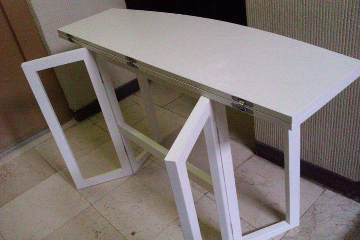 Mesa abatible dos alas. Fabricada con materiales de melamina blanca. Patas fabricadas con madera maciza lacada en blanco. Bisagras marca Koblenz ocultas