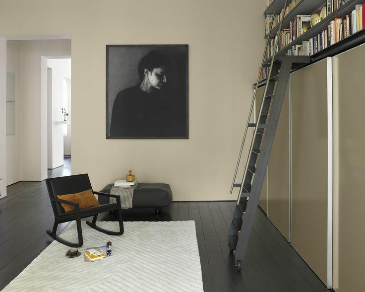 Pour une touche de modernité, pensez au gris foncé. Donnez une finition contemporaine très élégante à ce salon en associant des murs aux teintes naturelles à un sol gris foncé et un simple tapis blanc-cassé.