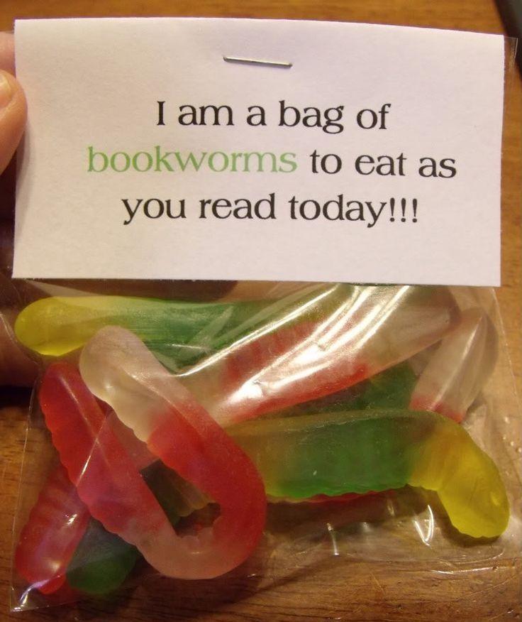 """Bookworms. Nodig: Snoep wormpjes, Foliezakje, Labeltje met tekst.  Werkwijze: Vul het zakje met de snoepwormpjes, maak op de computer een label met de volgende tekst:; """"I am a bag of bookworms to eat as you read."""" Plak het zakje dicht, vouw de label erover en niet deze vast. Ook leuk om te geven bij een goed boek/boekenbon."""
