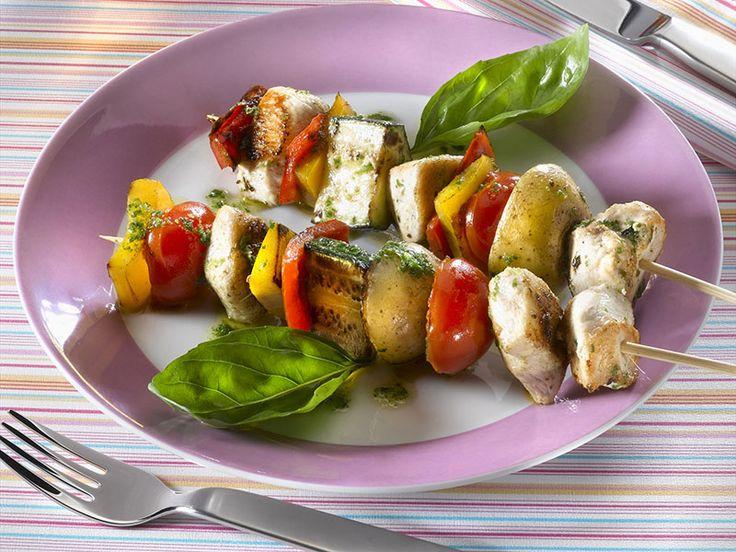Sur les tables du Moyen Orient on trouve des brochettes de toute sorte, avec différents types de viande ou poisson, et légumes. La viande choisie ici est le poulet.